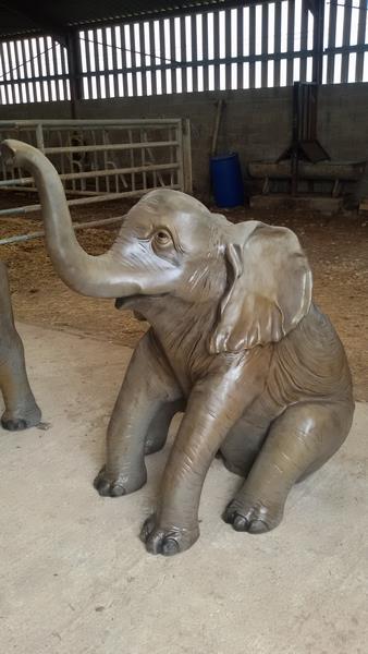 elephanteau assis en résine classique 007