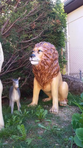 lion assis en résine classique 014