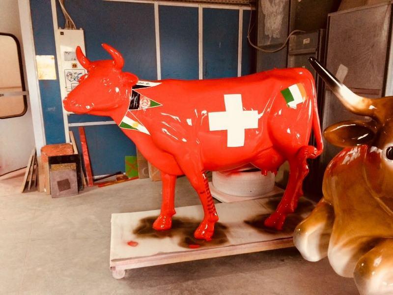 vache  drapeau suisse  en résine  L6 design 005