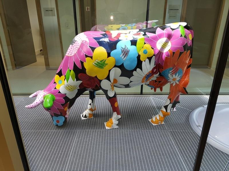 vache en résine FR28 tête basse design 071