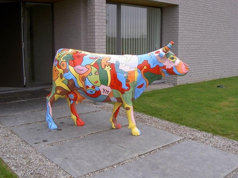 vache en résine design 090