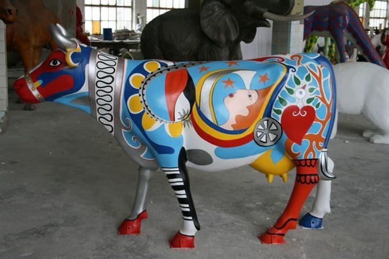 vache en résine design 102
