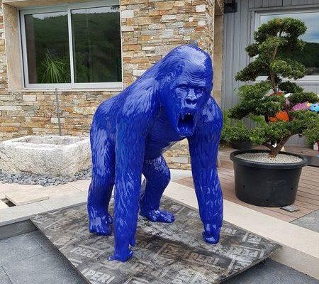 Gorille bleu verni en resine